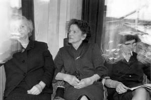 Zusjes Hermans, mijn oma (midden, 70+ jaar), tante Mies (links), tante Net (rechts)