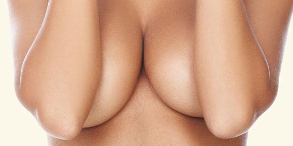 we kijken naar haar borsten