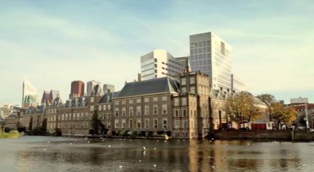 Tussenshot van Den Haag in Crossing Lines