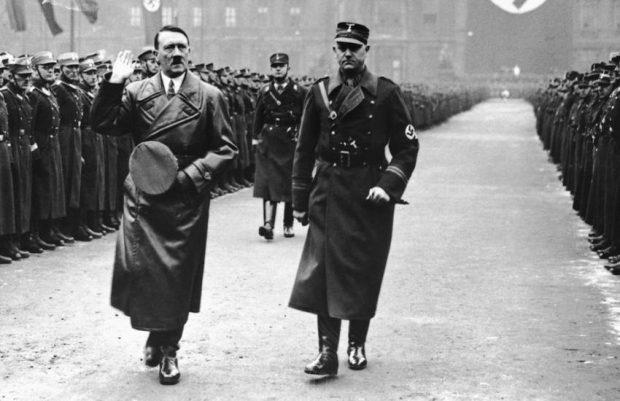 Adolf Hitler brengt Chaplin-groet