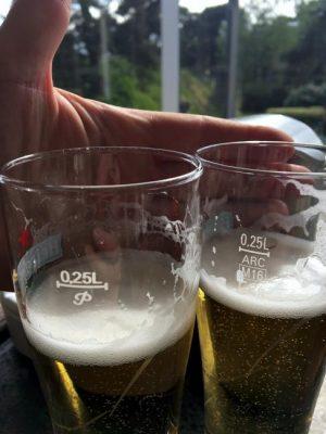 Verwondering bij twee bierglazen