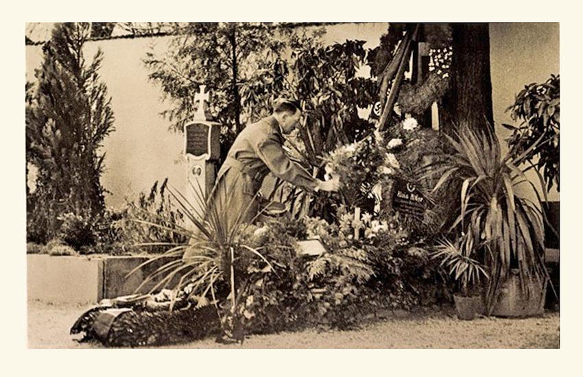 Adolf Hitler bij het graf van zijn ouders