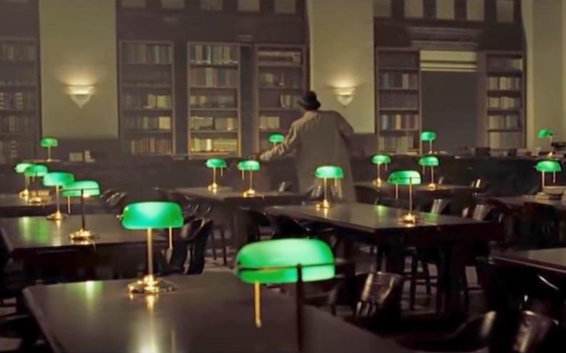 de groene lamp in een bibliotheek