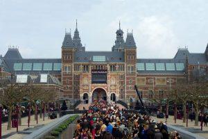 toeristen op weg naar Rijksmuseum
